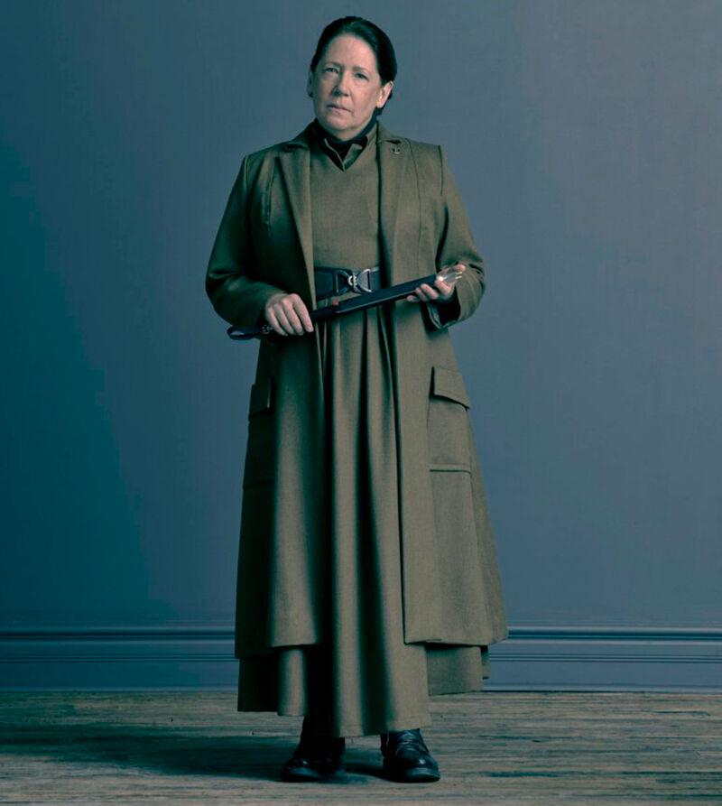 Aunt Lydia, gekleed in een lange 'soutane'