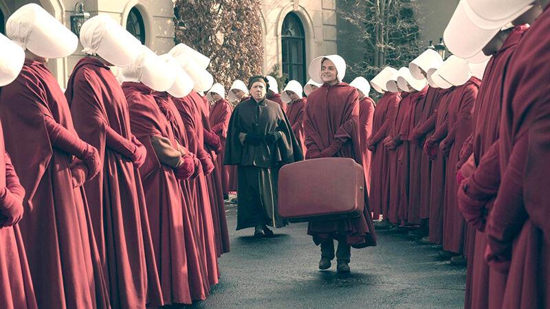 Handmaids met hun typische rode mantels met witte kappen