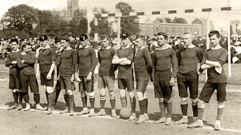 Belgische ploeg die in 1906 tegen Nederland won. Torten Goetinck staat uiterst rechts