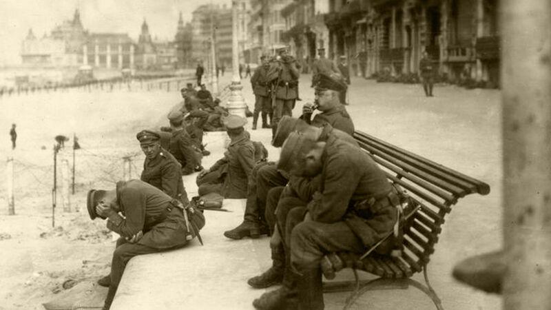 Soldaten rusten uit op de zeedijk