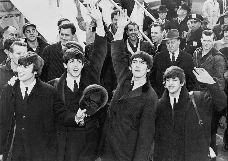 The Beatles zwaaien naar hun fans op Kennedy Airport.