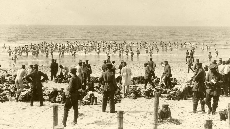 Duitse soldaten gaan naakt zwemmen in zee