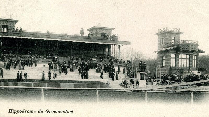 Tribune en rechts de koninklijke loge van Groenendaal