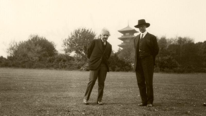 Einstein en koning Albert I in het park van Laken (1932). Op de achtergrond herken je de Japanse toren