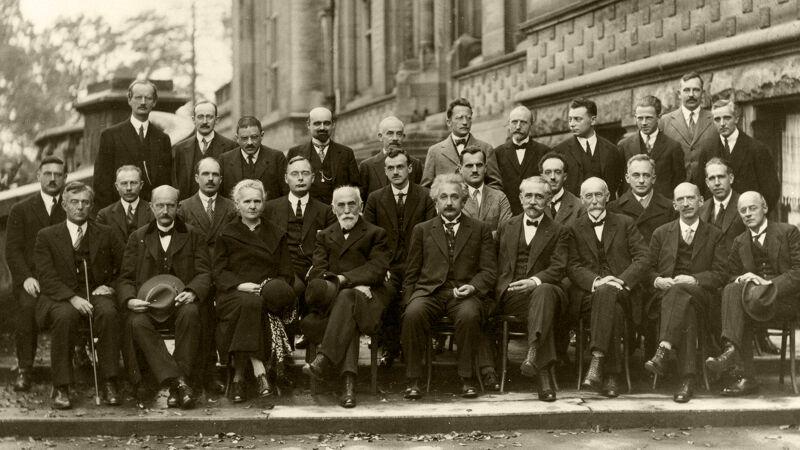 Groepsfoto van de Solvayconferentie van 1927 in Brussel. Einstein zit in 't midden. Enige vrouw in 't gezelschap is Marie Curie, links naast haar zit Max Planck