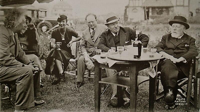 Het gezelschap op het terras van restaurant Coeur Volant. Einstein zit links, Ensor zit uiterst rechts