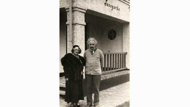 Het echtpaar Einstein bij de Villa Savoyarde