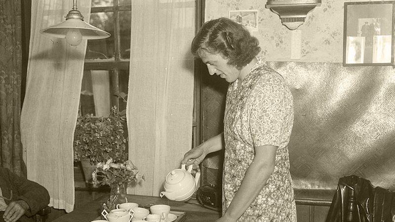 Foekje in het huishouden, juli 1950, kort voor haar definitieve schorsing