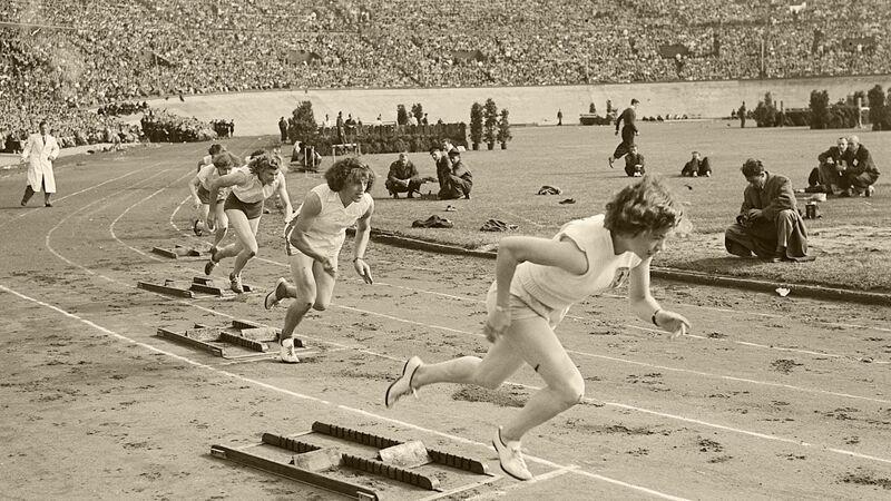 Foekje als tweede loopster bij de start van 200 meter race, juni 1950