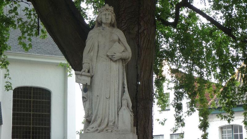 Standbeeld van gravin Johanna van Vlaanderen in het begijnhof van Kortrijk