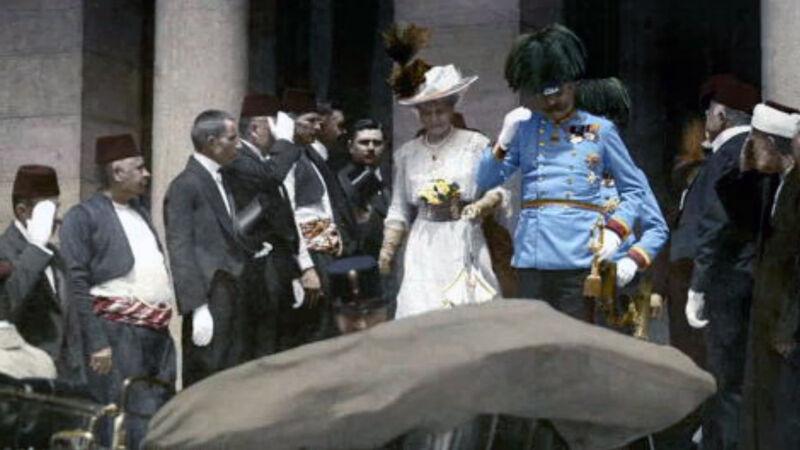 Aartshertog Franz Ferdinand en zijn echtgenote in Sarajevo, kort voor de moordaanslag
