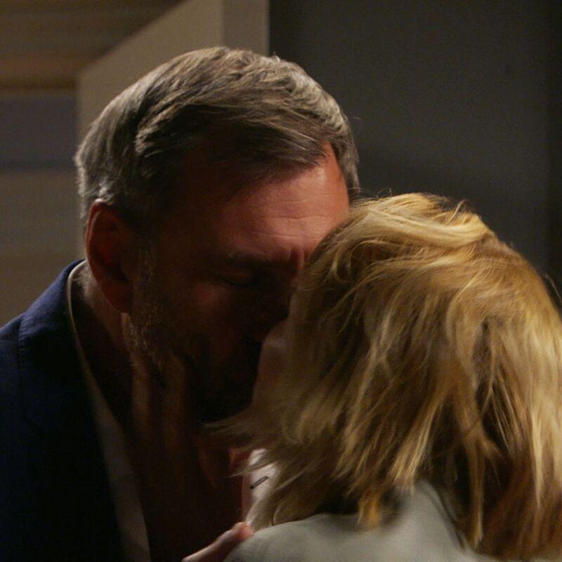 Judith probeert in een dronken bui Jacques te kussen, maar hij houdt de boot af.