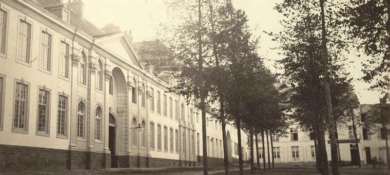 Voorgevel van het Pauscollege in 1865