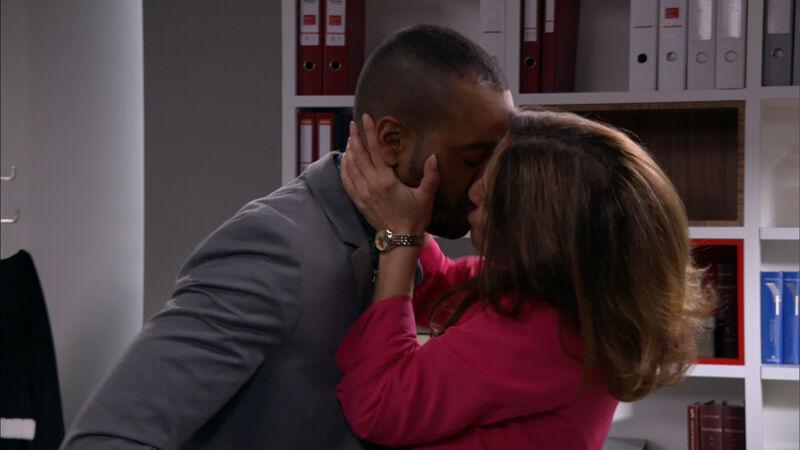 Na het bijna-ontslag: de kus.