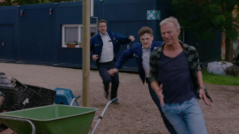 Tim en Dieter zetten de achtervolging in. Maar helaas, de kaasboer heeft niks te maken met de carjacking van Frank.