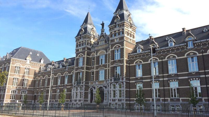 Voorgevel van het college, geïnspireerd door het Rijksmuseum