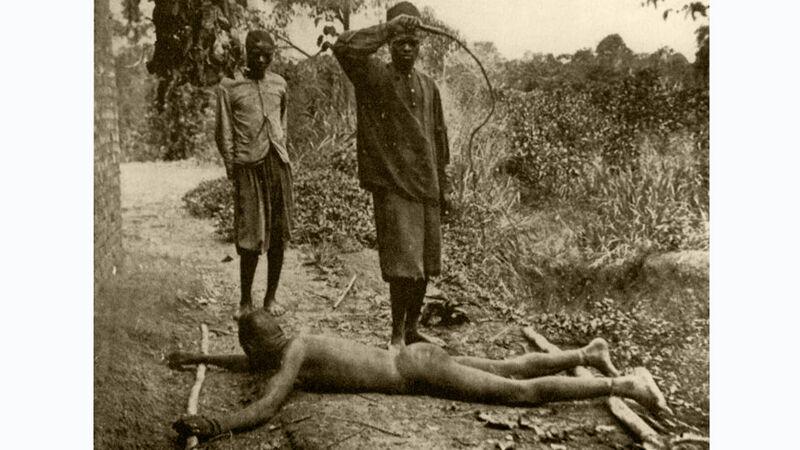 Geseling van een Congolees met de chicotte, een lederen zweep