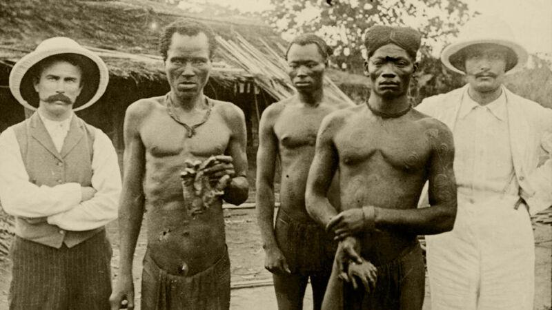 Congolezen poseren met afgehakte handen. Foto gemaakt door de Engelse zendelinge Alice Seeley Harris (1904)