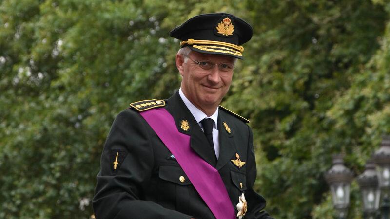 Koning Filip, voor de gelegenheid getooid met canvas-roze sjerp