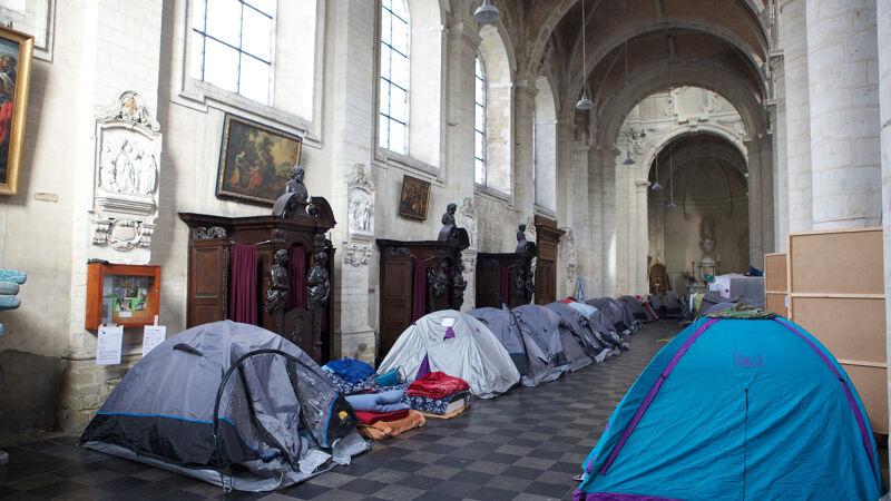 Tentjes van Afghaanse vluchtelingen in de Brusselse begijnhofkerk