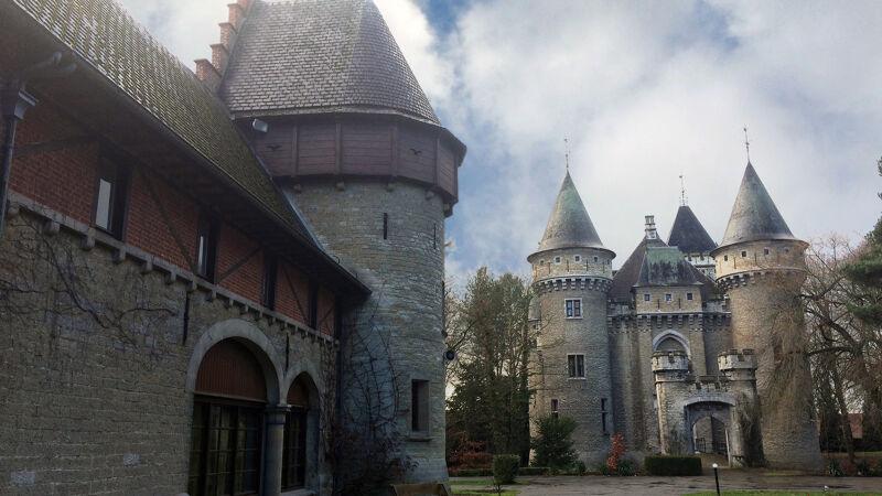 Koetshuis en voorgevel van het kasteel