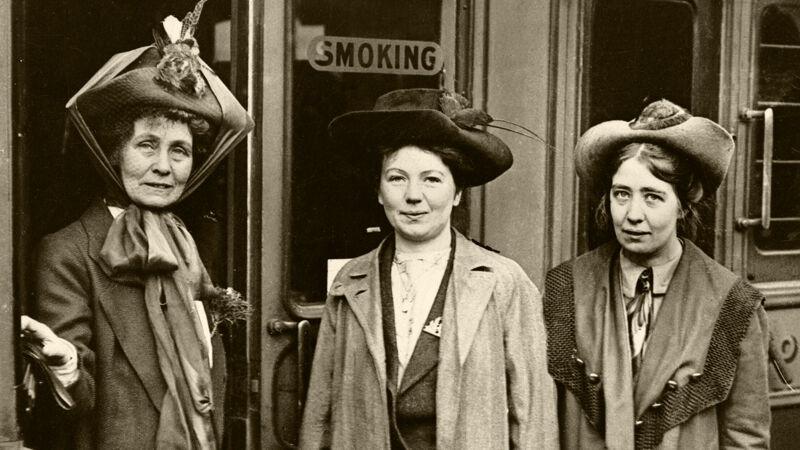 Sylvia Pankhurst (rechts) met haar zus en moeder in 1911, allen fervente suffragettes.
