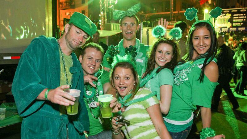 Groene outfits en groen bier op Saint Patrick's Day in San Diego, California.