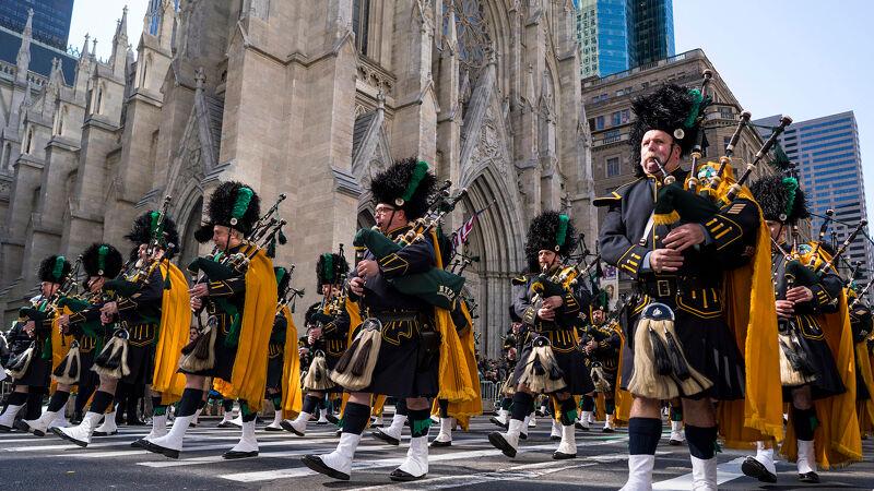 Ierse doedelzakspelers marcheren voorbij Saint Patrick's Cathedral in New York.