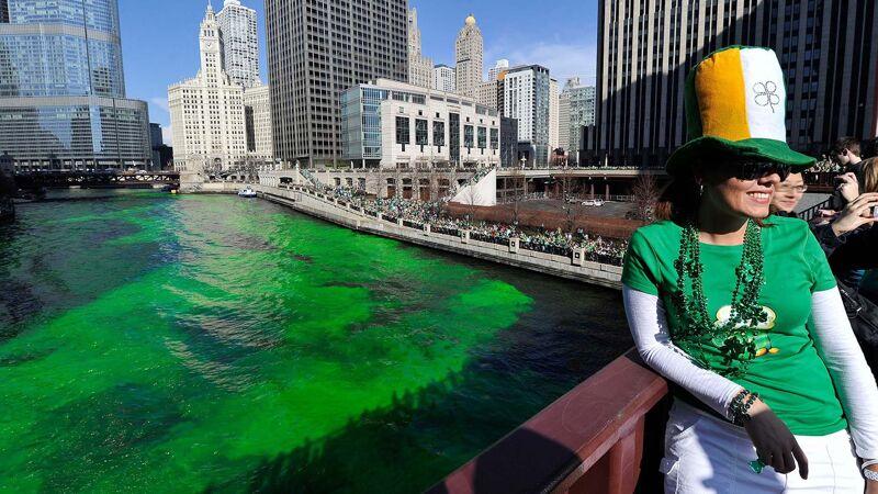 De groen gekleurde rivier in Chicago op Saint Patrick's Day trekt jaarlijks duizenden toeschouwers.