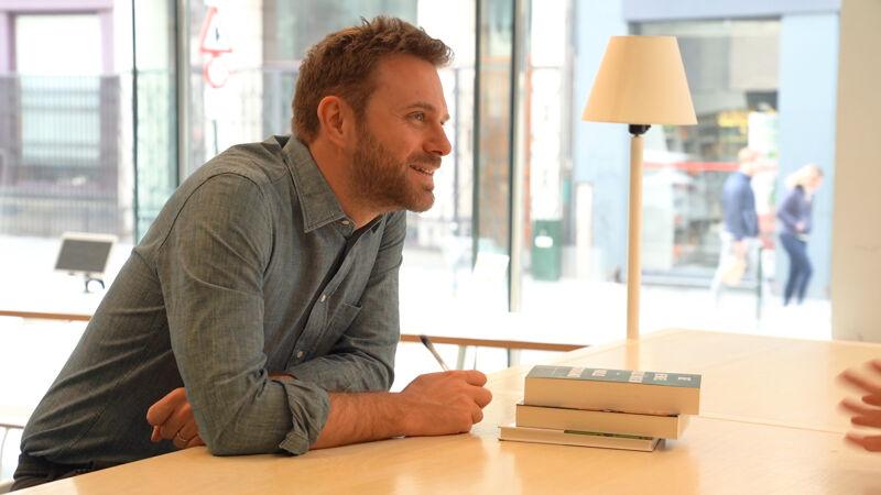 Paolo Giordano neemt op Passa Porta Festival uitgebreid de tijd om kennis te maken met fans en hun boeken te signeren.