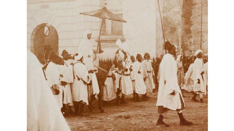 Sultan Abdel Aziz onder de parasol, ca. 1900-1905