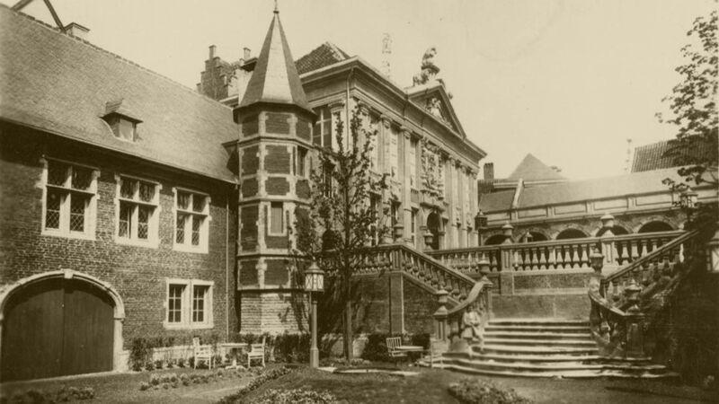 Vieux Bruxelles: oude prentkaart van de expo van 1935 met de gevel van het Bellonahuis en de trappen van de Parkabdij