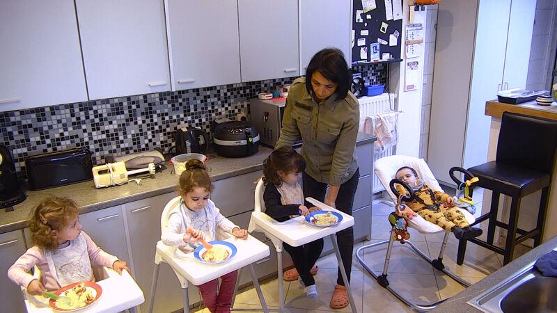 Amina aan het werk als onthaalmoeder