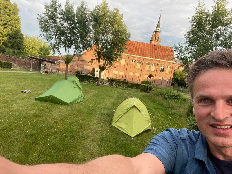 De tenten zijn opgeslagen in de eerste en enige bivakzone van West-Vlaanderen. Klaar voor de nacht!