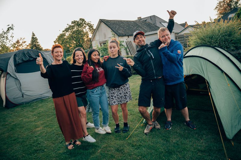 Ruth, Sien en Melanie zagen hun chirokamp aan zich voorbijgaan door corona, dus dan brengen Dieter en Kevin het kamp toch gewoon naar hen?