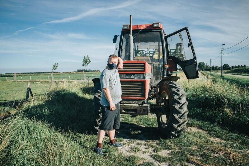 Kevin steekt de handen uit de mouwen en trekt mee naar het veld om aardappelen te gaan rooien.