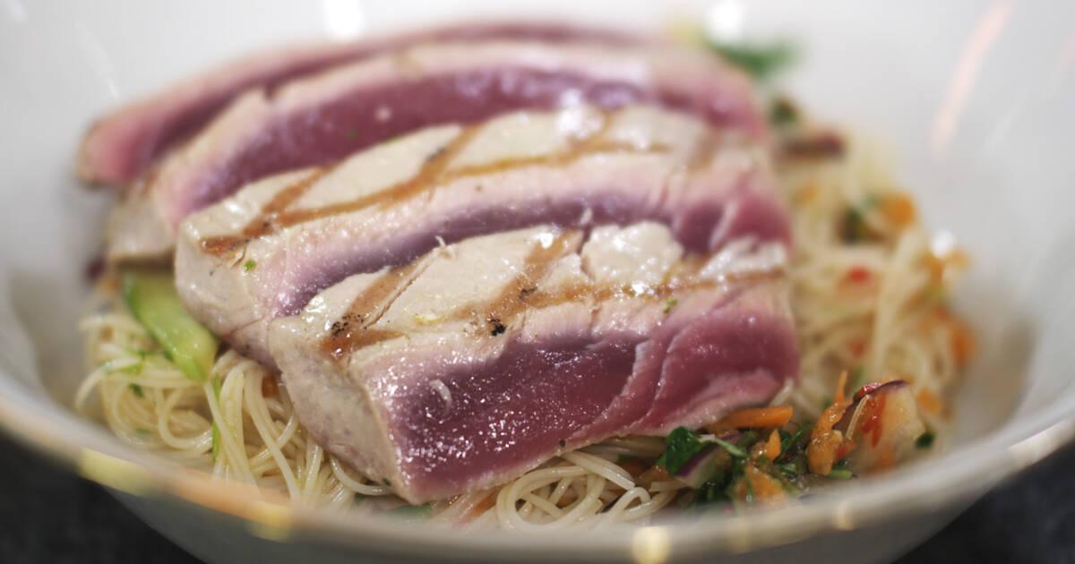 tonijnsteak met rijstnoedels en een thaise dressing | dagelijkse kost