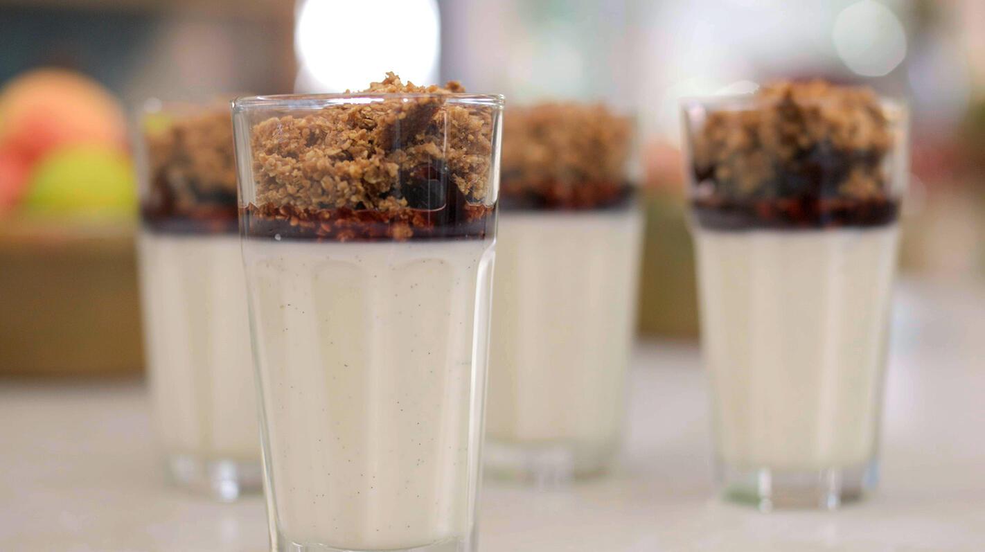 Panna cotta met yoghurt en pruimen in porto