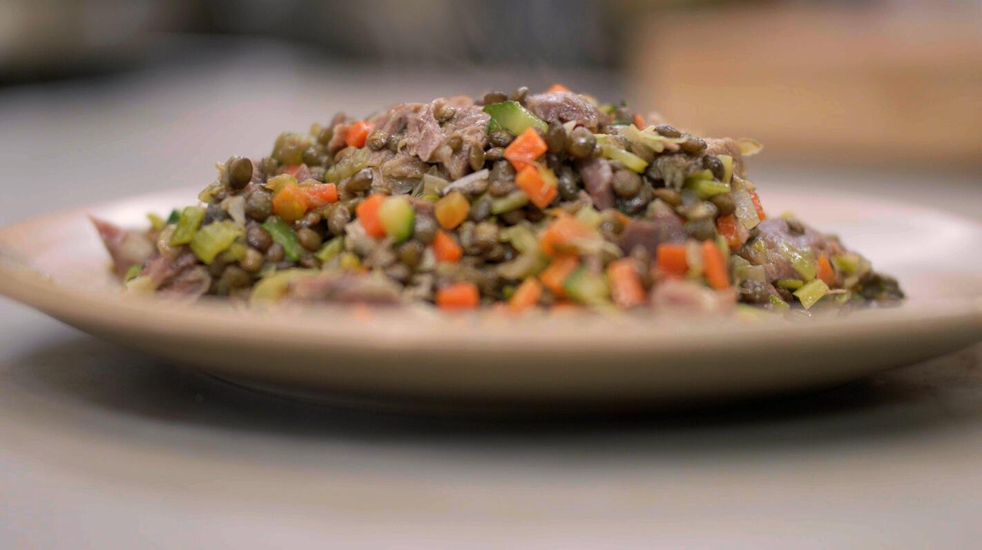 Lamsschenkels met linzen en fijne groenten