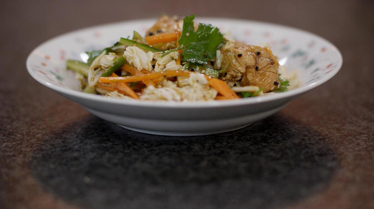 Salade met gemarineerde kip en sesam