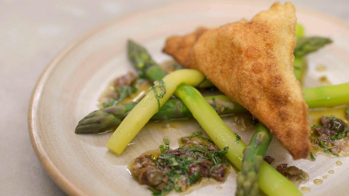 Krokante wonton-ravioli met geitenkaas en groene asperges