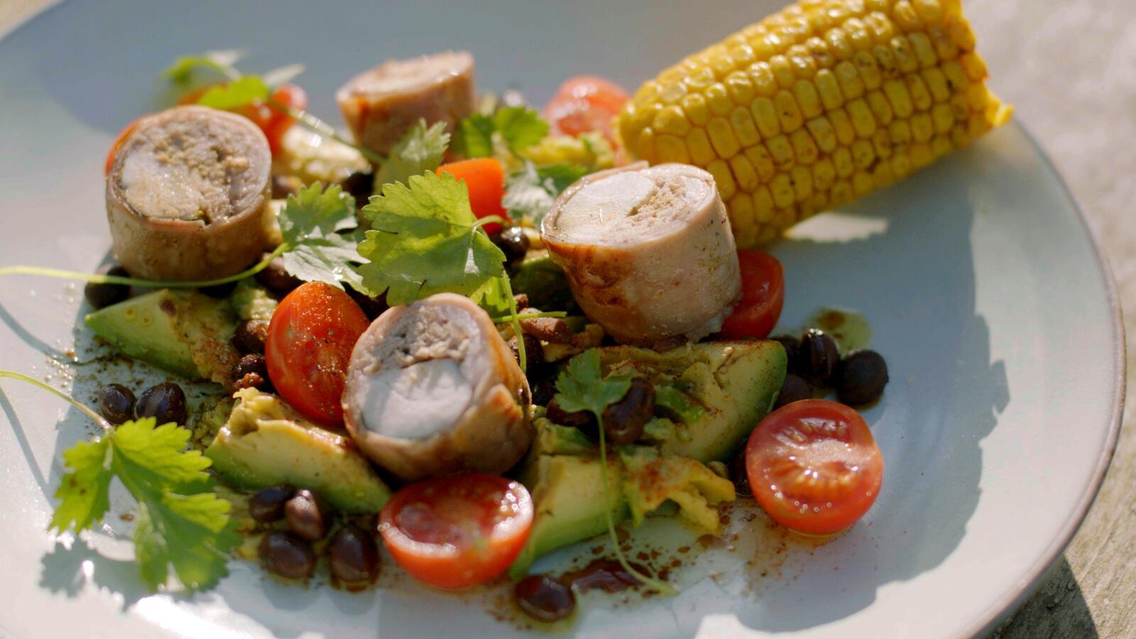 Rolladen van konijn met avocadosalade en bbq-mais