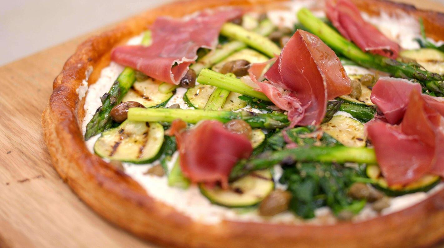 Bladerdeegpizza met groene groenten en ham