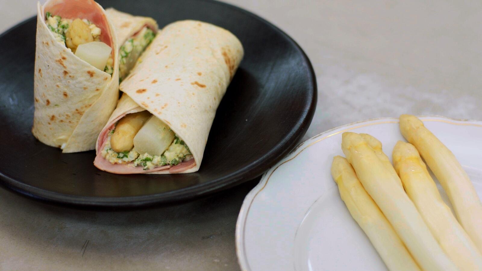 Wraps met witte asperges, kookham en eiersla