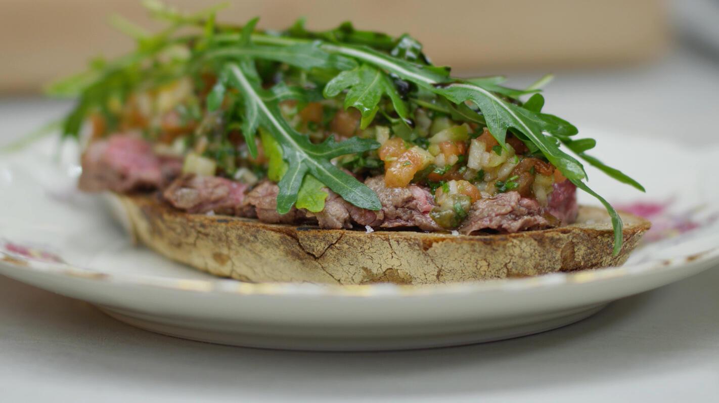 Toast met gegrilde steak en groentesalsa