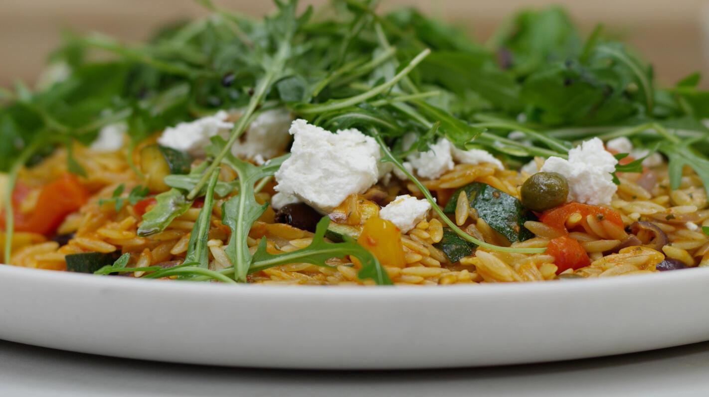 Griekse pastasalade met paprikaharissa en geitenkaas