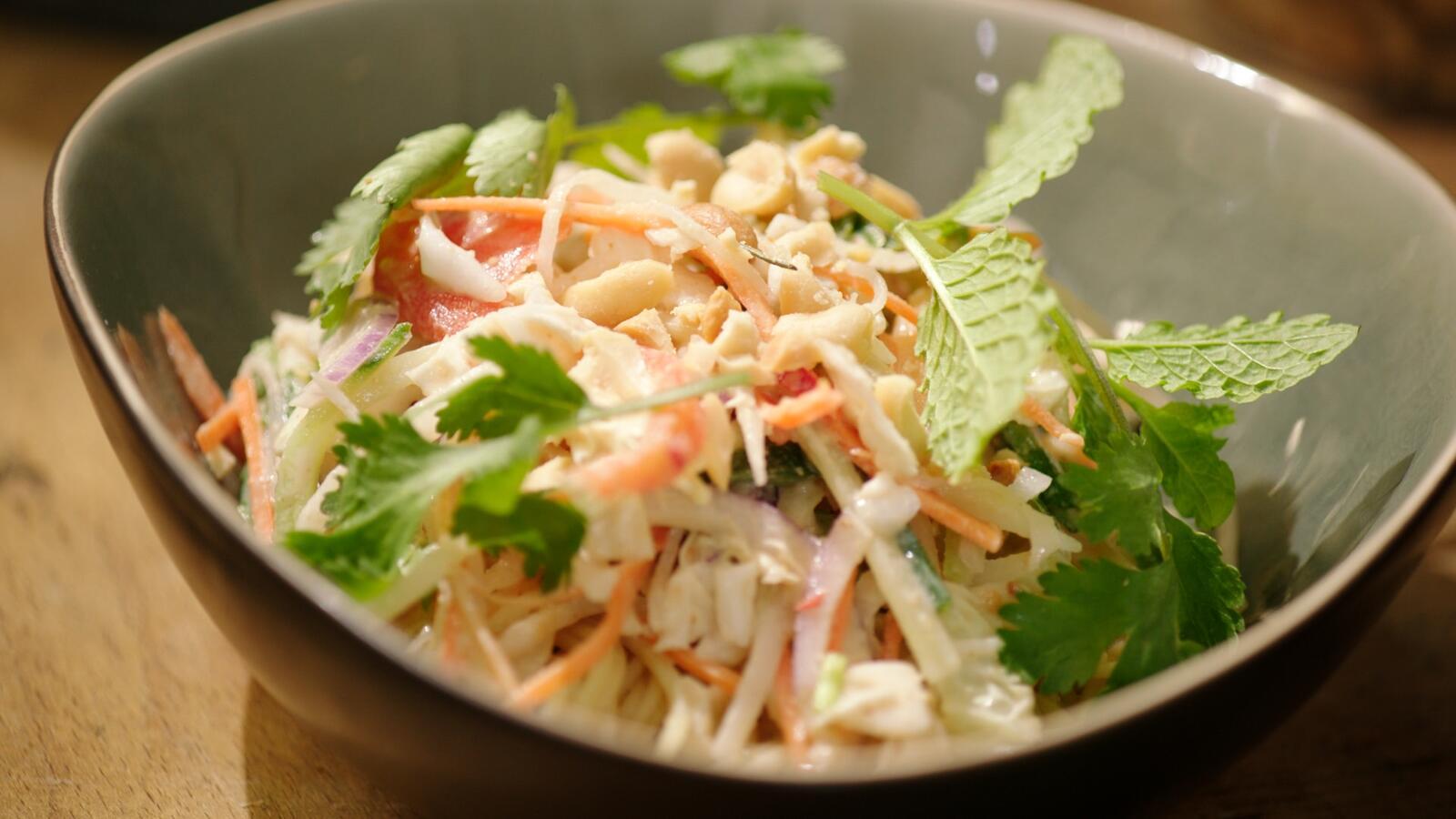 Thaise groentesalade met pindadressing