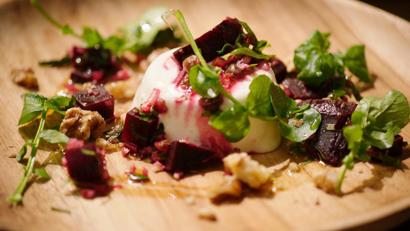 Panna cotta van geitenkaas met salade van rode biet en waterkers
