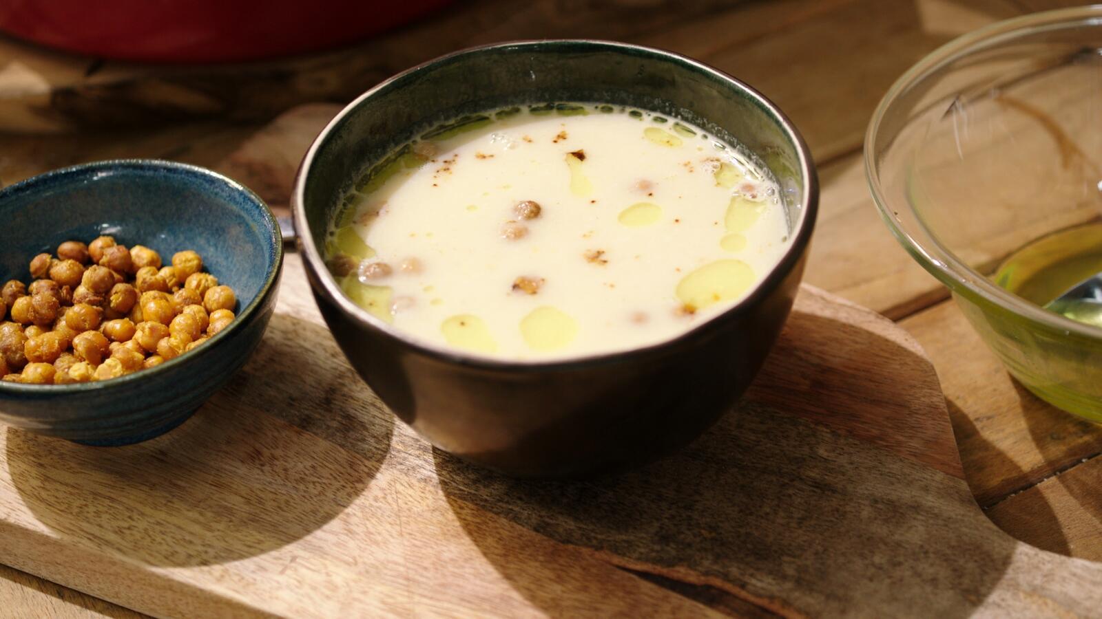 Soep van witte kool met croutons van kikkererwten en curry-olie