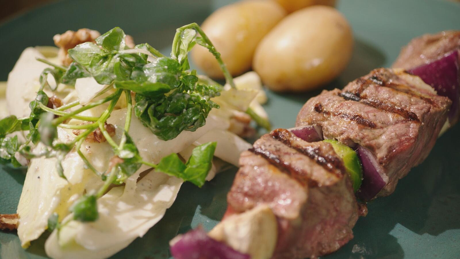 Brochette van rundvlees met witloofsalade en dressing van blauwe kaas